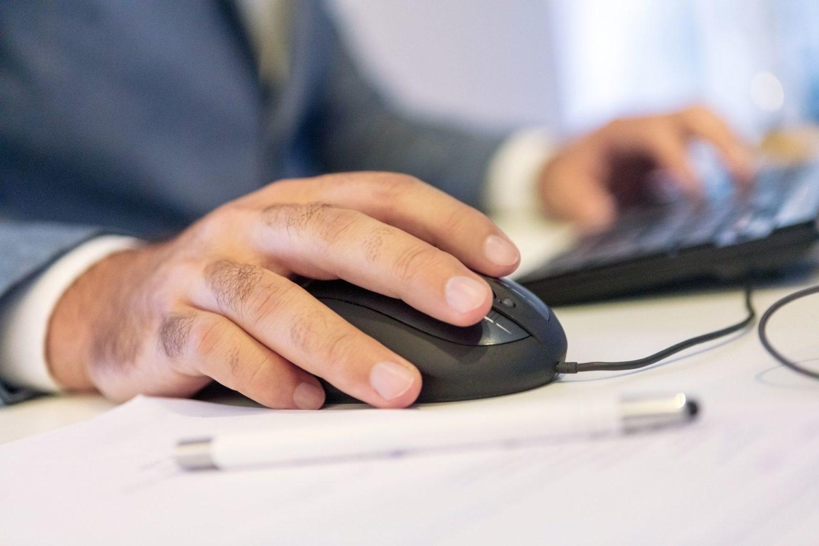 maos mouse computador consulta precatorios processo eletronico internet