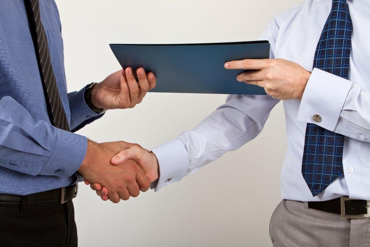 dois homens maos advogado diligente na venda de precatorios precato