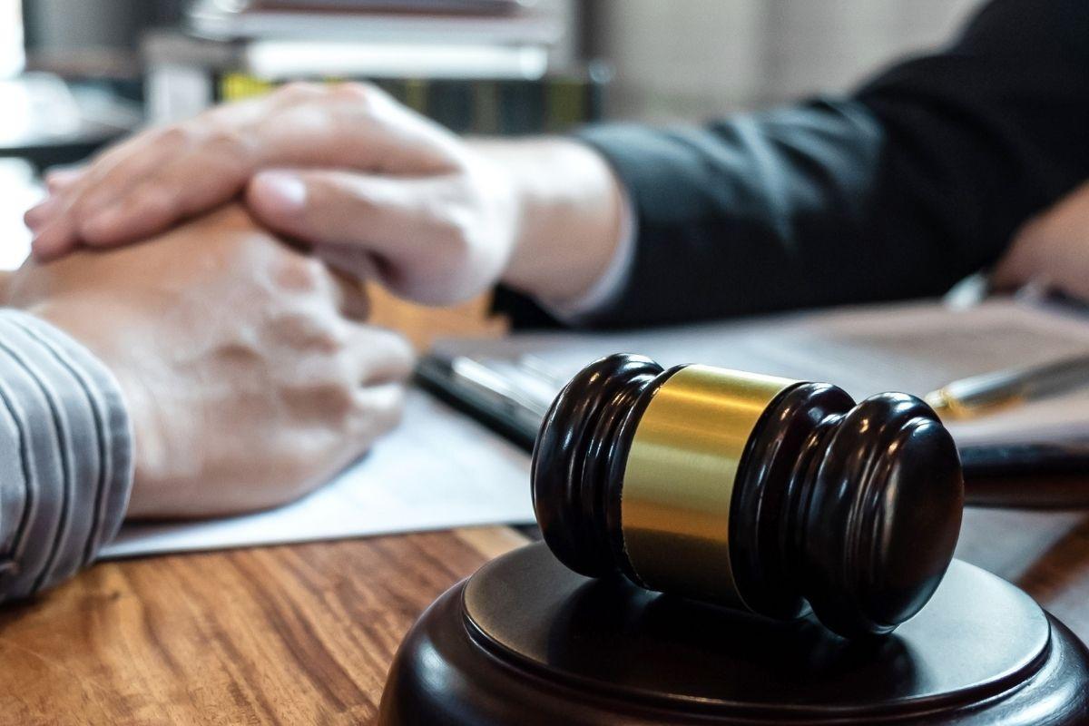 maos documentos martelo homologacao de cessao de direitos credito venda de titutos seguranca juridica precato